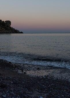 海に沈む美しいピンク色の夕日、クリミア半島のスダク市にあるヴェゼル湾