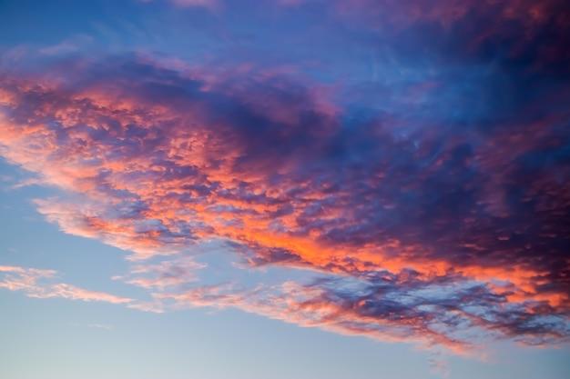 하늘에 아름 다운 분홍색 일몰입니다. 태양에 보라색 구름입니다. 선택적 초점.