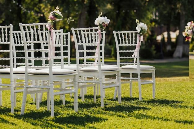 Красивое место для свадебной церемонии на поляне в лесу