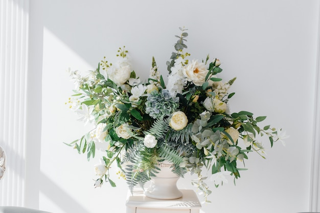 아름다운 식물과 꽃은 가정 장식을 장식합니다. 플로라