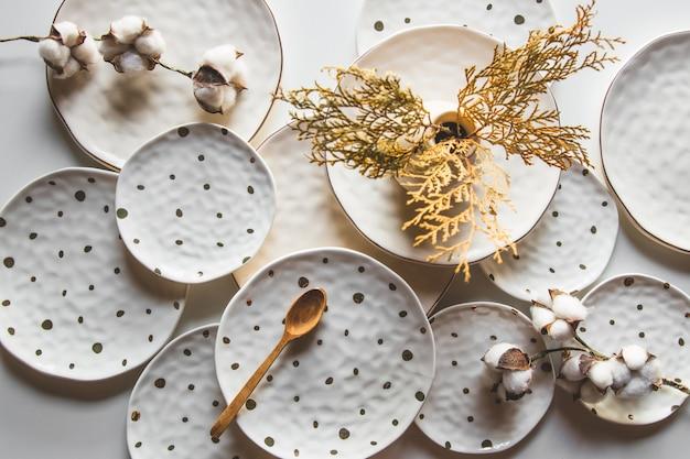 Красивые тарелки на белом фоне с хлопком. красивый макет
