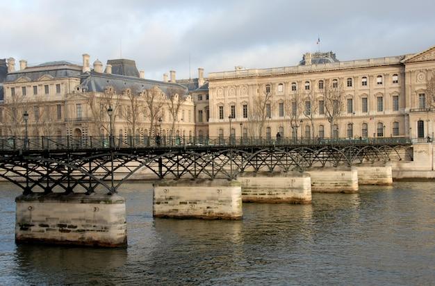 Прекрасный мост искусств в париже