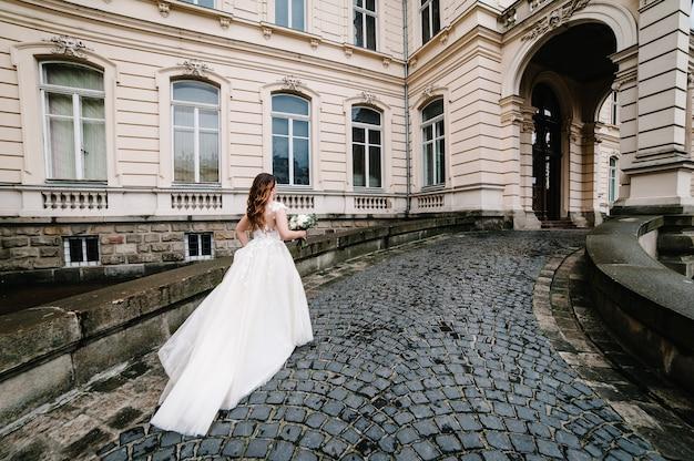 Красивая невеста портрета идет обратно.