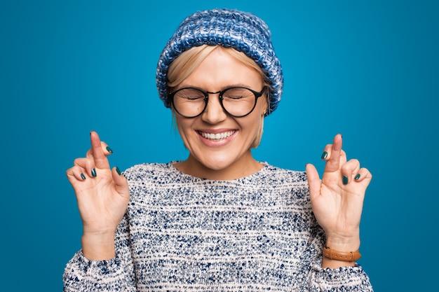 Красивый портрет для концептуального дизайна женский символ собеседования женщина молится со скрещенными пальцами