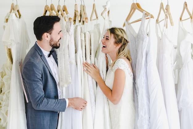 Красивая портретная свадебная пара модель в студийном магазине