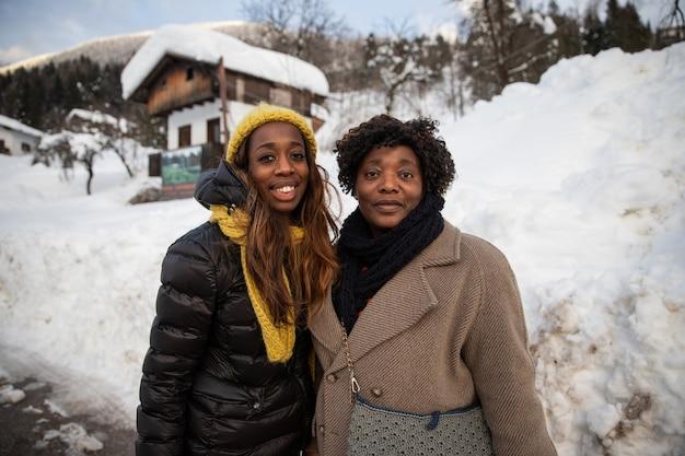 Красивый портрет улыбающейся черной матери и ее дочери