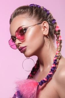 若い女の子の美しい肖像画。色付きのひだで作られたプロのメイクとヘアスタイル