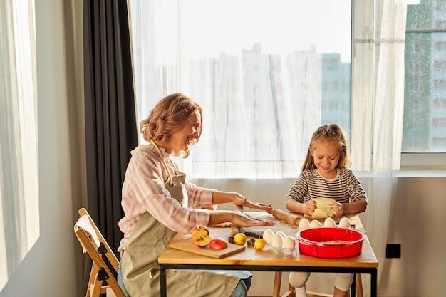어머니와 딸이 함께 시간을 보내는 아름다운 초상화