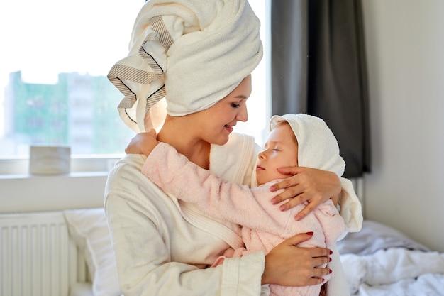 一緒に時間を過ごす母と娘の美しい肖像画
