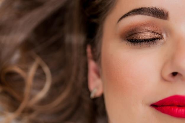 매력적인 붉은 입술 화장, 눈 화살표 메이크업, 순도 피부와 관능적 인 유럽 젊은 여성 모델의 아름 다운 초상화. 레트로 뷰티 스타일