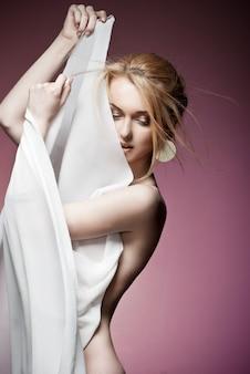 귀중 한 귀걸이 근접 촬영으로 섹시 한 젊은 거만 여자의 아름 다운 초상화. 스튜디오 촬영