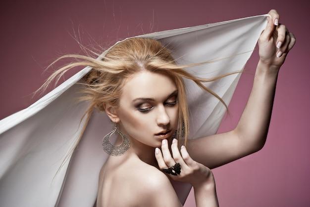귀중 한 반지와 귀걸이 근접 촬영 섹시 한 젊은 거만 여자의 아름 다운 초상화. 스튜디오 촬영