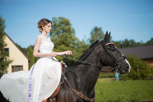 결혼식 날 말과 함께 여자 신부의 아름다운 초상화