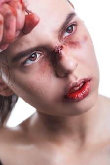 Красивый портрет женщины с кровавыми руками