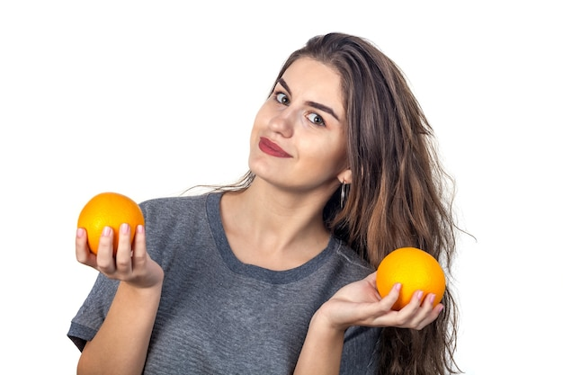 오렌지와 젊은 여자의 아름 다운 초상화입니다. 건강 식품 개념 비타민과 미네랄.
