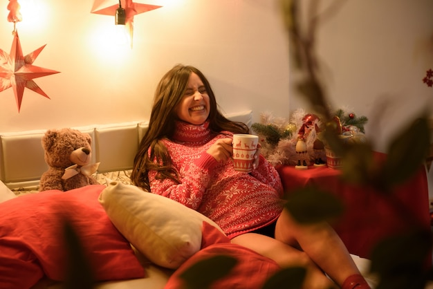 クリスマスの美しい妊娠中の若い女性