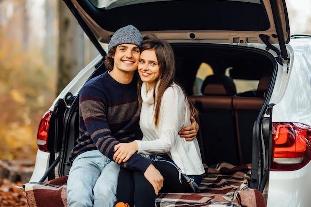 森でピクニックを楽しんでいる美しいかわいいカップル 無料写真