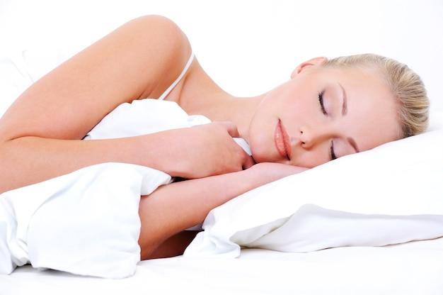 아름다운 예쁜 잠자는 여자는 흰색 담요를 커버