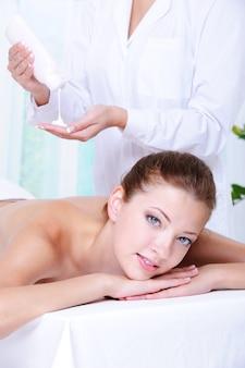Bella donna graziosa che ottiene massaggio e rilassamento