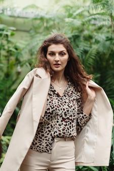 Красивая милая женщина в леопардовой блузке