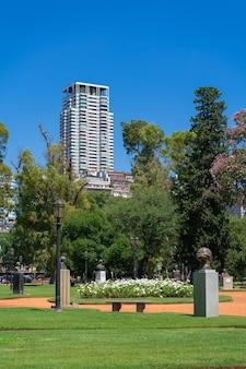 Красивый общественный парк, полный роз разных видов и цветов с городом. роседаль де палермо в буэнос-айресе, аргентина. панорамный вид.
