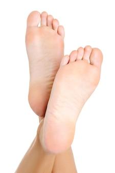 美しい純粋な手入れをされた女性の足とかかとは上向きに持ち上がりました。に分離