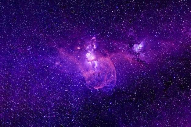 深宇宙の美しい紫色の銀河。 nasaによって提供されたこの画像の要素はでした。高品質の写真