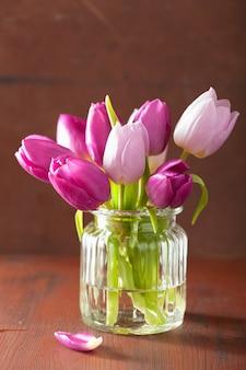 花瓶の美しい紫色のチューリップの花の花束