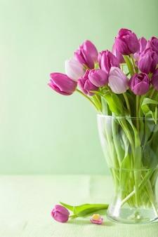 花瓶の美しい紫色のチューリップの花