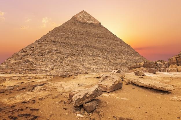 夕方の太陽、ギザ、エジプトのカフラー王の美しいピラミッド。