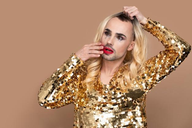 化粧をした美しいクィアの人