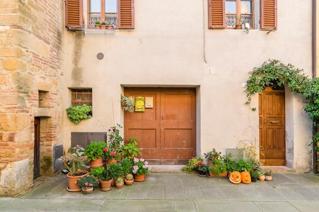 Красивые тихие улочки древнего европейского города в италии