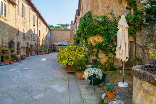 イタリアの古代ヨーロッパの都市の美しい静かな通り