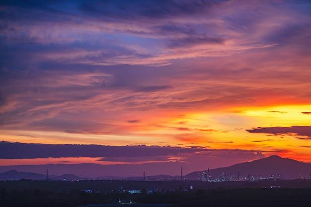 Красивое сияющее солнечное освещение в сумерках. красочные ярко мягкие и пушистые облака на фиолетовом небе после сильного дождя.