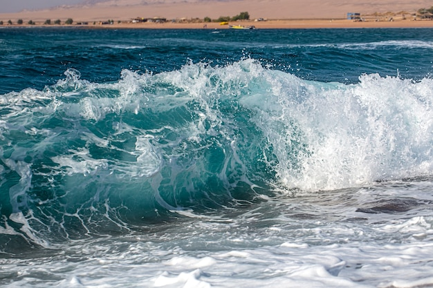 바다 거품과 파도와 아름다운 성난 바다.