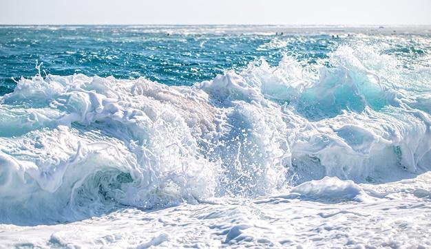 Красивое бушующее море с морской пеной и волнами.