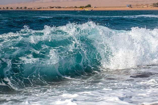 Bellissimo mare in tempesta con schiuma e onde del mare.