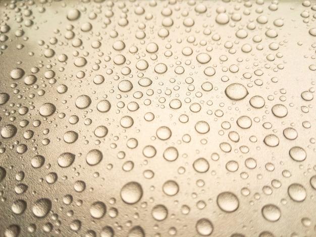 車の上に美しい雨露。
