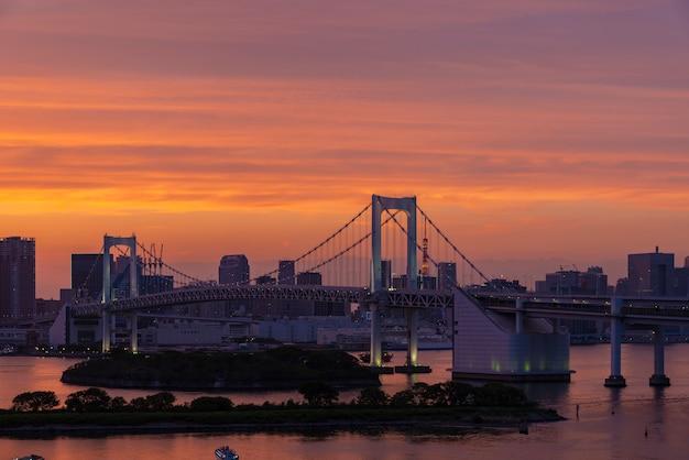 Красивый радужный мост одайба загорается ночью в японии