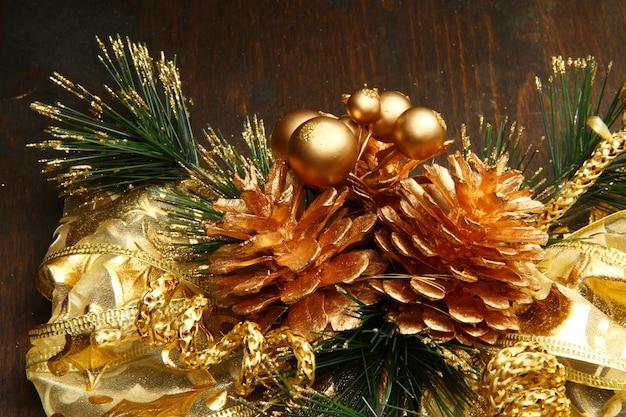 Красивые красные и золотые рождественские украшения на дереве