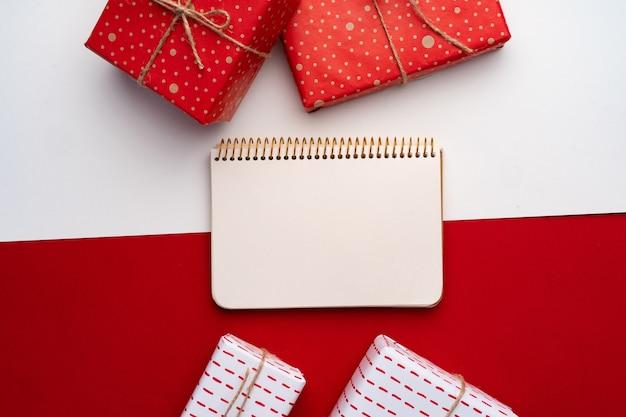 上からの眺め、クリスマスプレゼントで美しい赤と白の組成