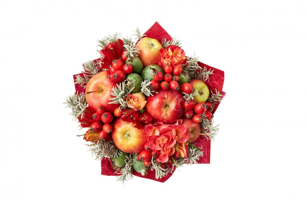 Красивый красный яркий букет из яблок, шиповника, фейхоа и роз. вид сверху