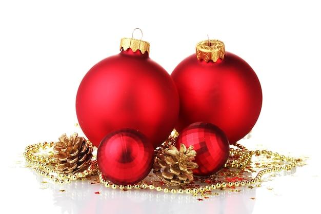 白で隔離の美しい赤いクリスマスボールとコーン