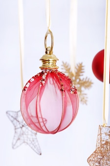 빛에 매달려 아름 다운 빨간 크리스마스 장식 배경을 흐리게