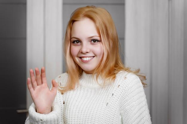 美しい赤毛の少女は恥ずかしそうに手を振る。感情の表現