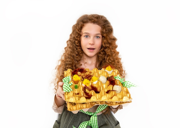스튜디오에서 장난감 닭과 계란으로 만든 부활절 바구니를 들고 물결 모양의 아프리카 곱슬 머리를 가진 아름 다운 나가서는 십 대 소녀