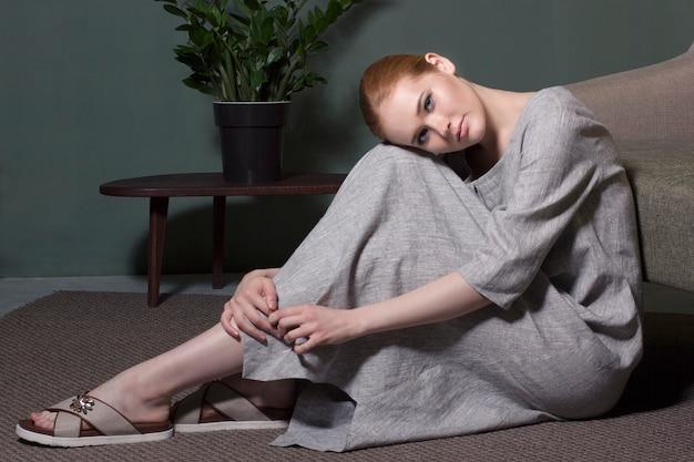 ポーズをとる美しい赤毛の女性