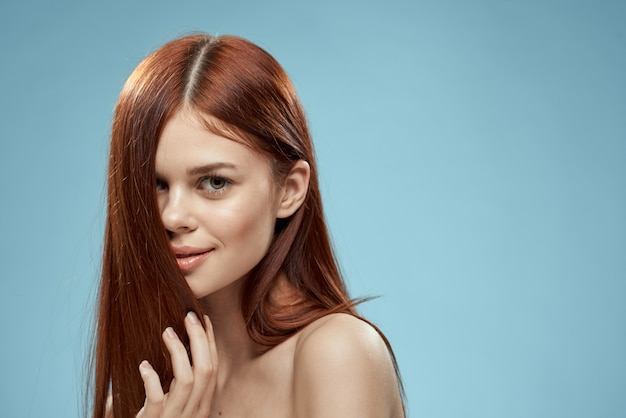 Красивая рыжеволосая женщина с прямыми волосами. уход за здоровыми и блестящими волосами