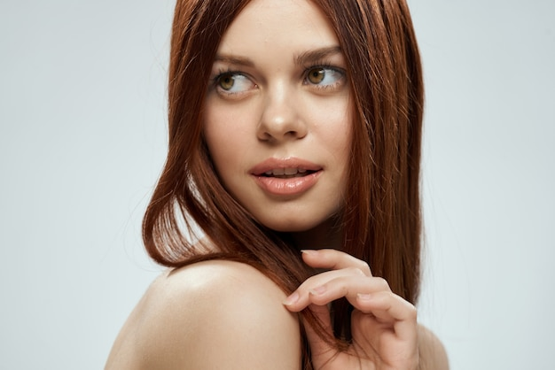 Красивая рыжеволосая женщина с прямыми волосами. уход за здоровыми и сияющими волосами