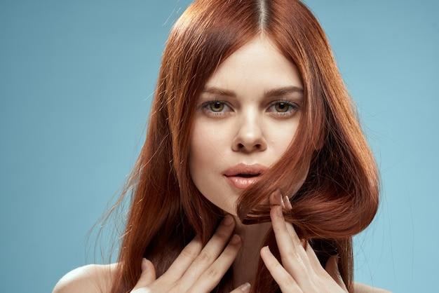ストレートの髪を持つ美しい赤髪の女。健康的でツヤのあるヘアケア
